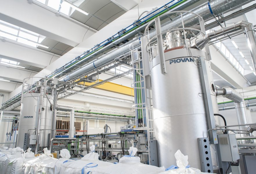 Dispose of any metal particles, the flakes are taken to the Piovan Genesys GP35 dehumidifier. During the drying process, impurities are eliminated from the flakes: residue from label and sleeve adhesive, plasticizer among other things
