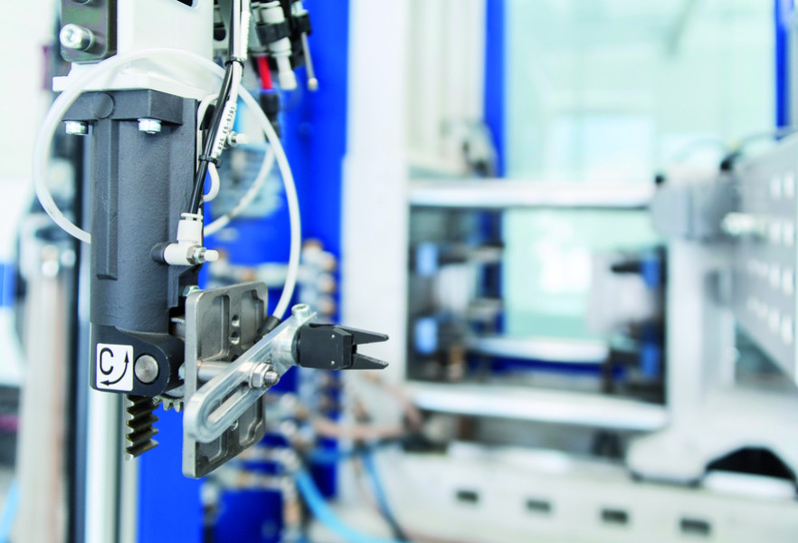 The moulded pieces or the green parts are extracted from the mould by a robot